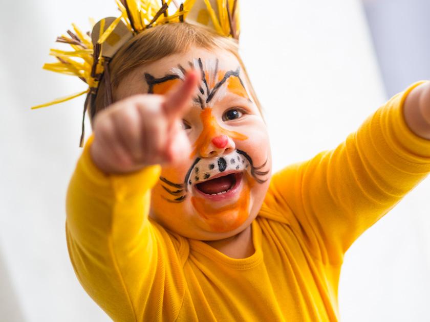 Kostüm Idee für die ganze Familie_Mädchen als Löwin verkleidet