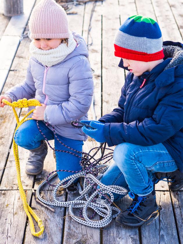 Mit Kindern gesund durch den Winter_Kinder spielen mit Bootseilen