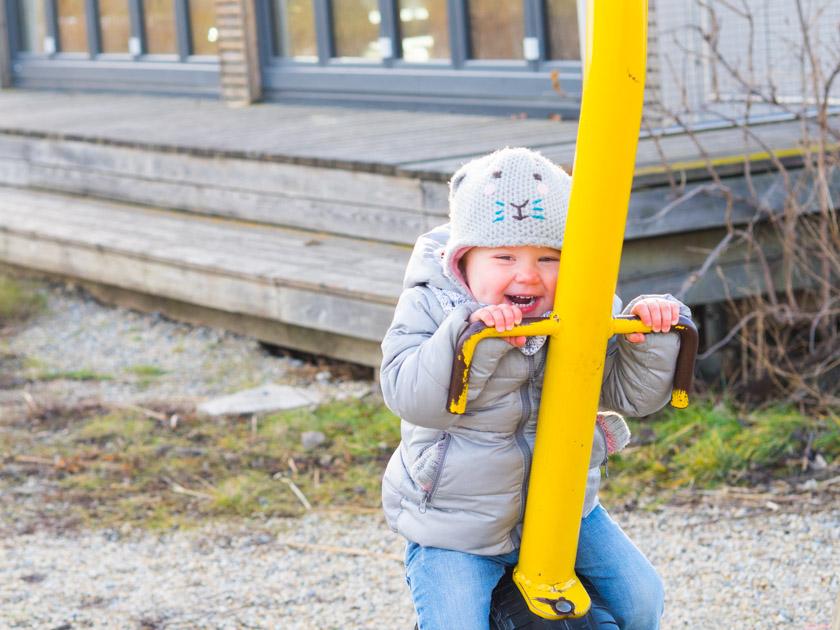Mit Kindern gesund durch den Winter_Mädchen lachend