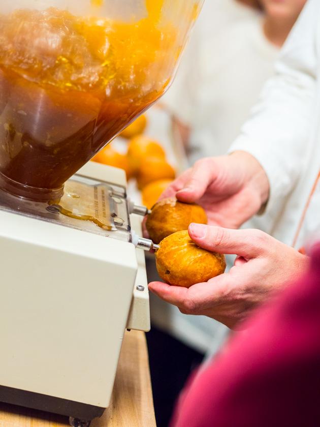 Krapfen backen mit Kindern_Krapfen werden mit Marmelade gefüllt