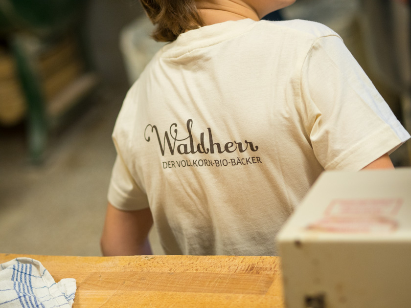 Krapfen backen mit Kindern_Kind mit Waldherr T-Shirt