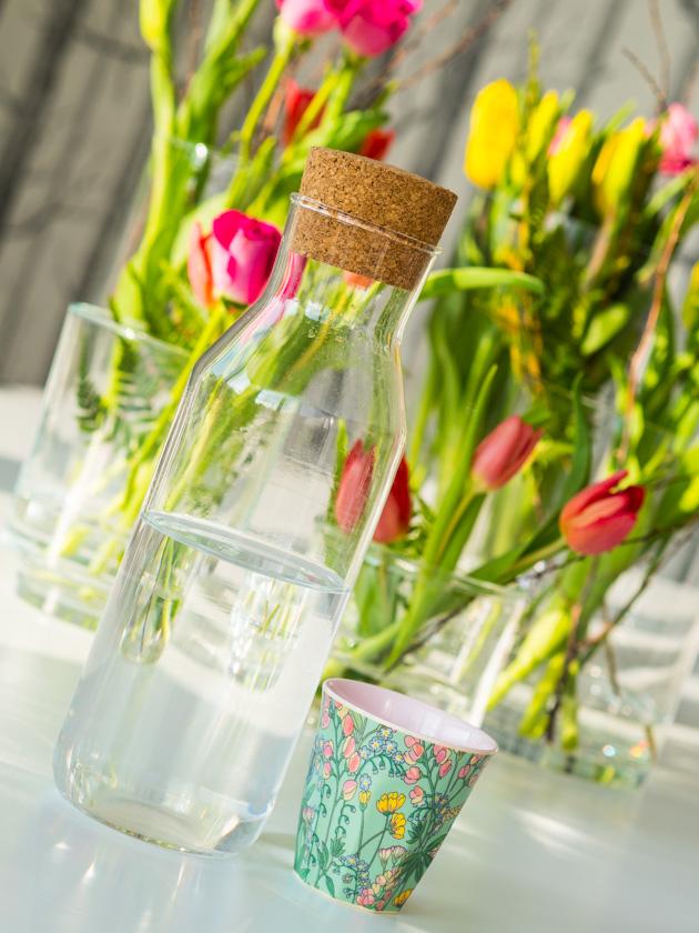 ultimative Weg zum Glück als Mama_Wasserkaraffe und Blumen