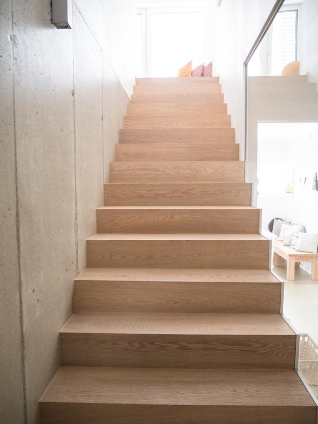 Wohnideen mit Kindern_Stiegenaufgang mit Betonwand