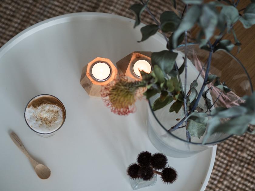 Wohnideen mit Kindern_Tisch mit Kaffee, Kerzen und Blumen