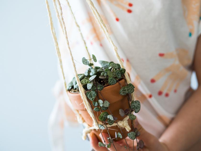 DIY Makramee Blumenampel_Mädchen mit Blumenampel