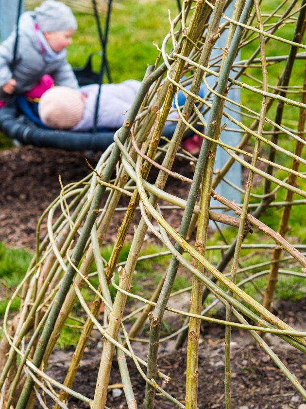 Weidentipi mit Kindern bauen_Nestschaukel