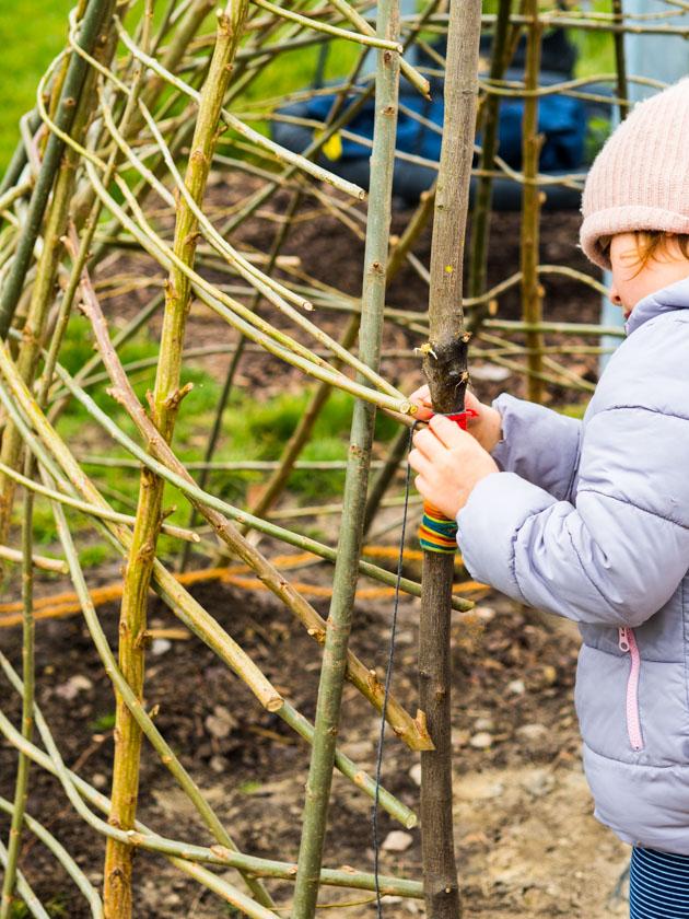 Weidentipi mit Kindern bauen_Wolle wickeln