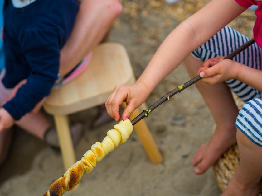Weidentipi mit Kindern bauen_Stockbrot gegrillt
