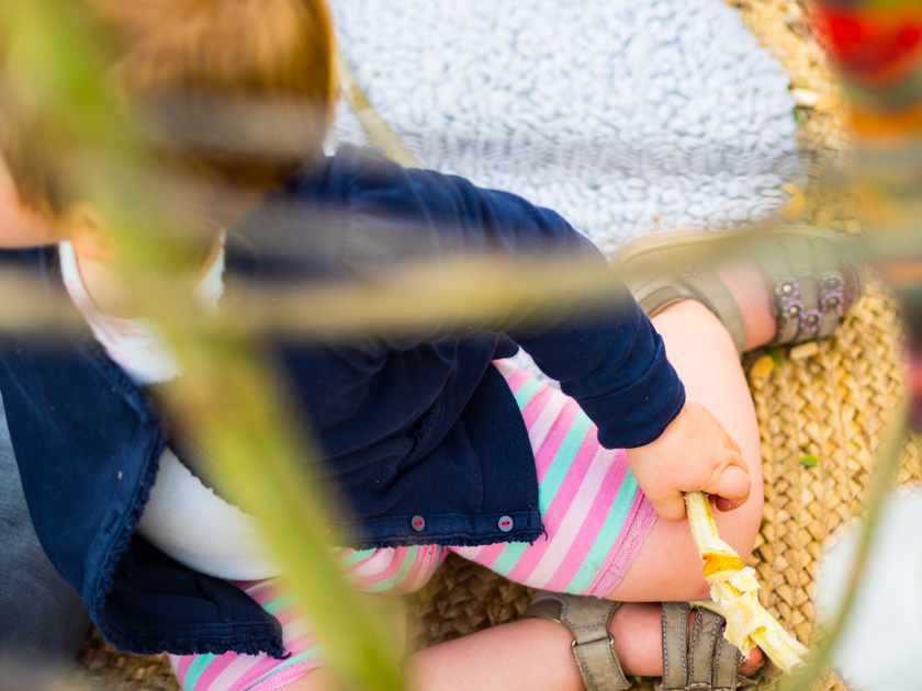 Weidentipi mit Kindern bauen_Mädchen mit Stockbrot