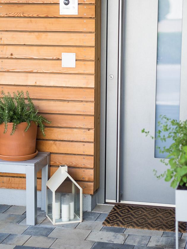 Haus Eingangsbereich mit Kindern_minimalistisch