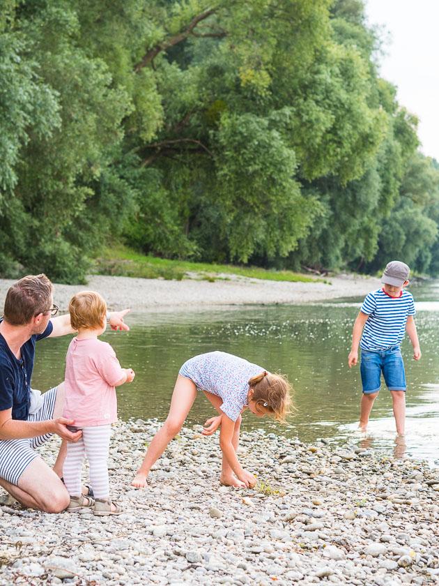 Sommerferien Bucket List_Steine am Fluss sammeln