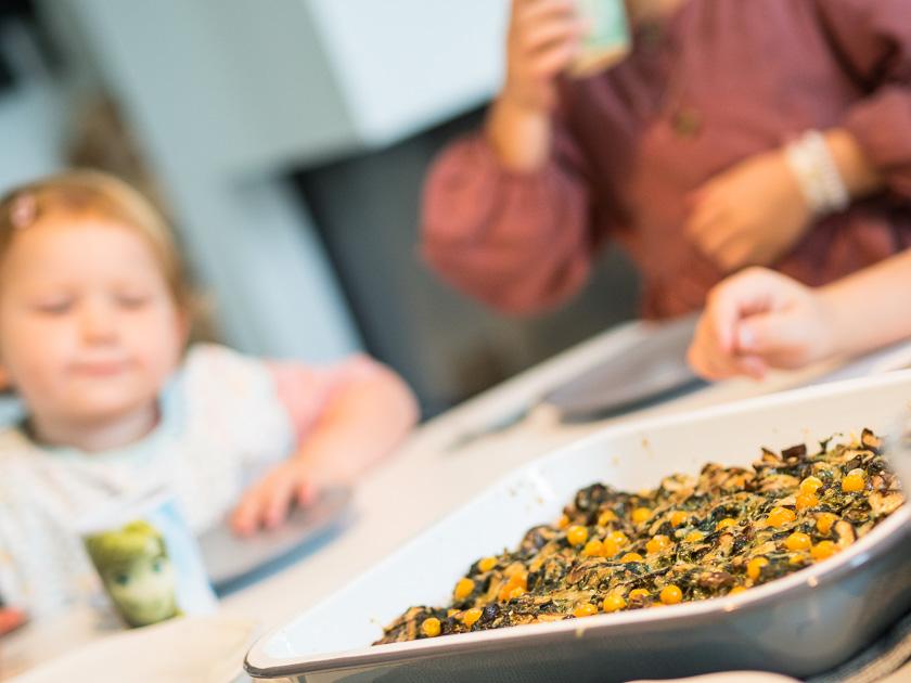 Mama mit Kindern im Herbst_Essen mit Kindern