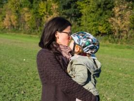Mama mit Kindern im Herbst_Herbst Liebe