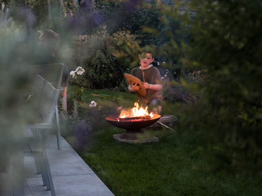 Mama mit Kindern im Herbst_Feuerschale