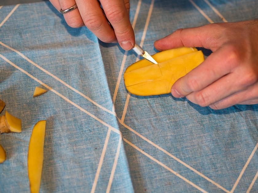 Basteln mit Kindern in der Adventszeit_Kartoffel schnitzen mit Skalpell