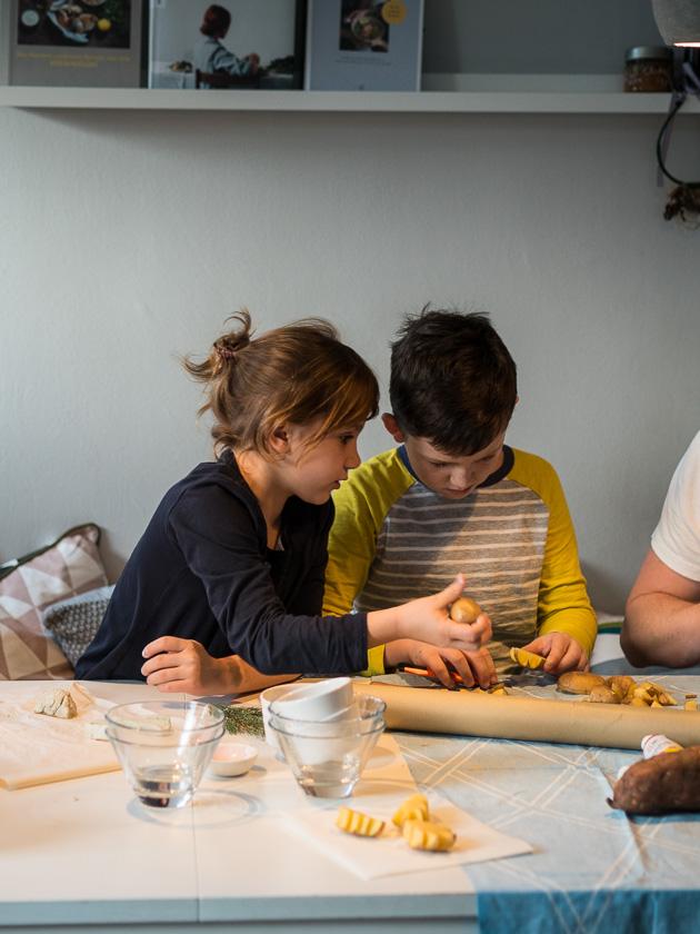 Basteln mit Kindern in der Adventszeit_Kartoffel Stempel schnitzen
