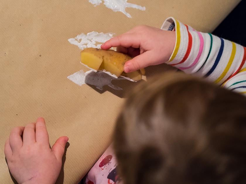 Basteln mit Kindern in der Adventszeit_Kartoffeldruck