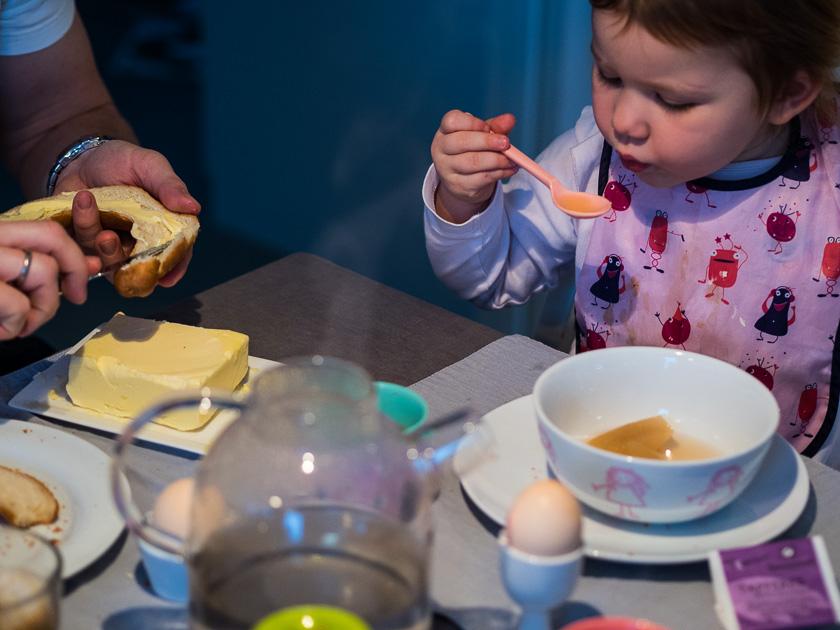 Familien Frühstückstisch_Frucht-Kompott