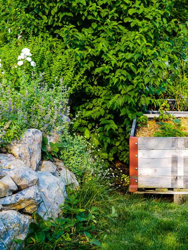 """Familiengarten für """"Faule""""_Wurfsteinmauer"""