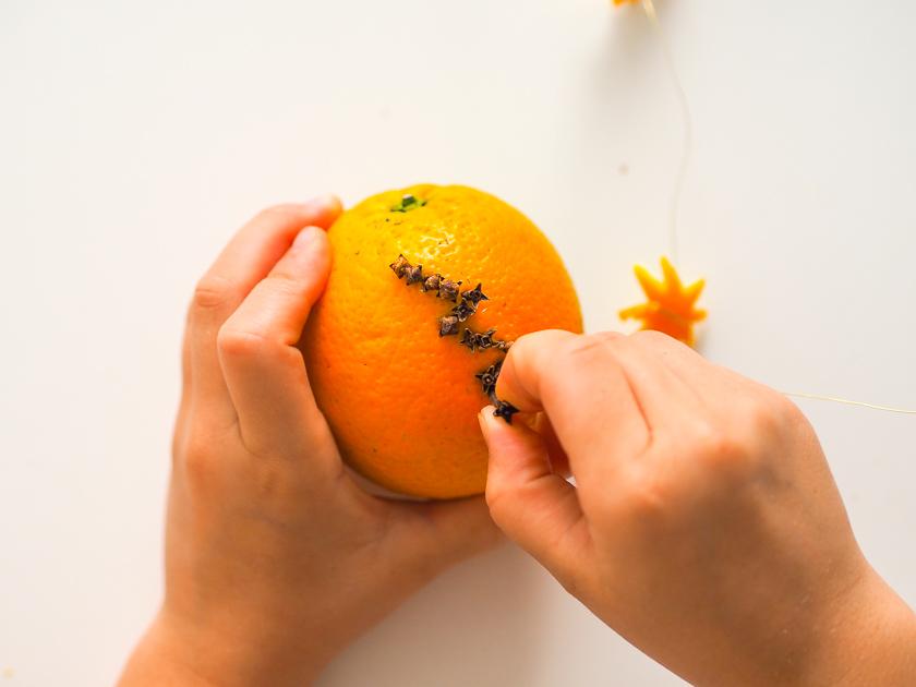 Weihnachtsdeko mit Orangen