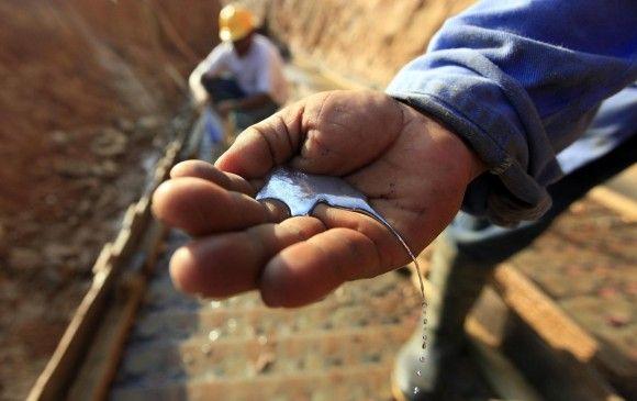 Manipulación del mercurio por obreros