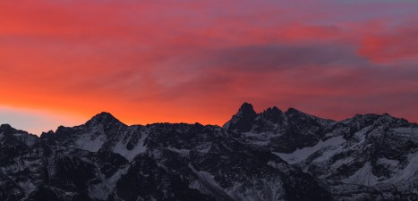 Lever de soleil enflammé au dessus du Grand Pic de Belledonne