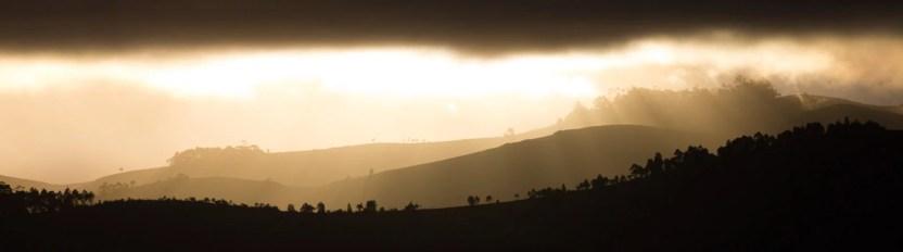 Les différents plans du paysage s'enflamment au coucher du soleil