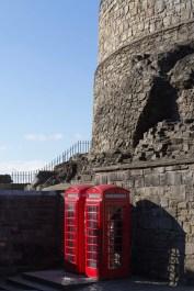 Traditionnelles cabines téléphoniques à l'entrée d'Edinburgh Castle