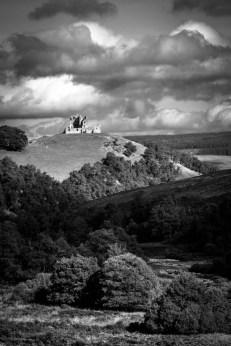 Le château d'Auchindoun sur sa colline