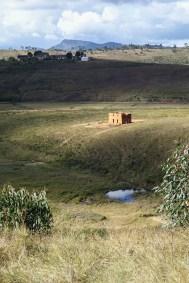 Une famille malgache construit sa maison en pleine campagne