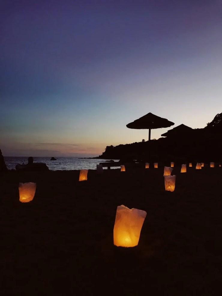 La plage illuminée de bougies