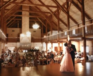 dancing-on-the-stage_bride-and-groom