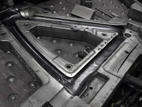 使用するカーボン「T1100」 一本製造するごとに金型を徹底的に清掃している