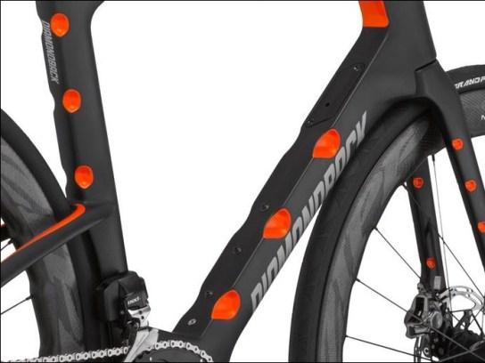 空力学的凸凹の付いた革新的エアロロードバイク『Diamondback IO』 ボルテックスジェネレイター