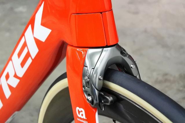 リムブレーキモデルのフロントブレーキ位置が変更 2019 TREK『Madone SLR』次世代型IsoSpeed搭載により別次元の快適性へ