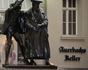 Leipzigの酒場Auerbach Keller の入り口にあるFaustとMephistophelesの像