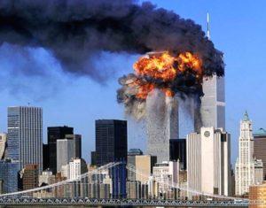 2001年9月11日、旅客機が世界貿易センタービルへ突入したテロ事件が発生