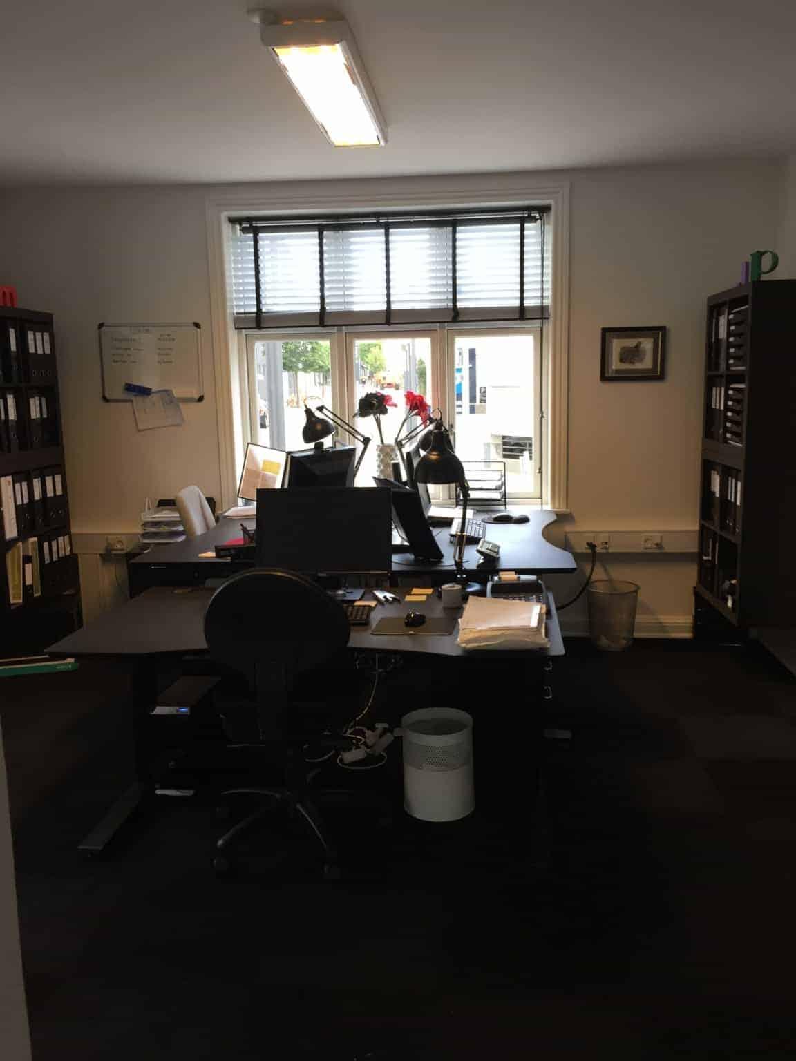 På kontoret og en slags hverdag et kort øjeblik
