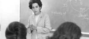 Antonia Pantoja in the middle of a lecture inside a classroom