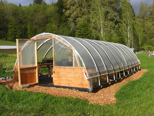 84 diy greenhouse plans you can build this weekend free this is a larger hoop greenhouse it actually gives you two build options solutioingenieria Gallery