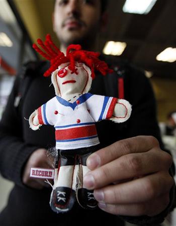 Poupée vaudou en maillot de l'équipe de football US, distribuée par le magazine Récord aux supporters mexicains - Photo (c) AP/Gregory Bull