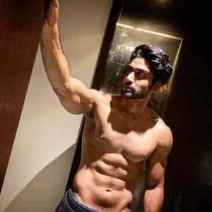 Sanam Johar physical Stats