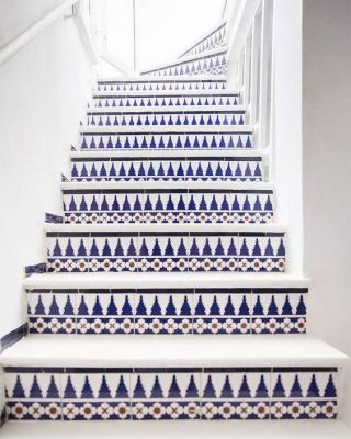 Moroccan tiles house : White and blue traditional tiles stairs
