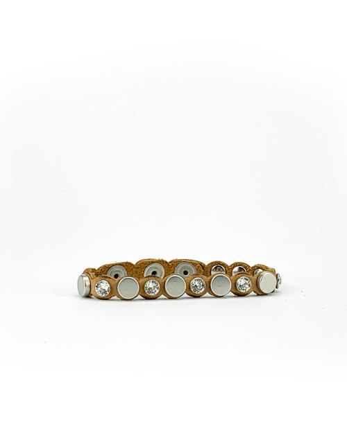 Bracciale in cuoio di toro lavorato a mano con accessori in metallo finitura nichel lucido e cristalli Swarovski.