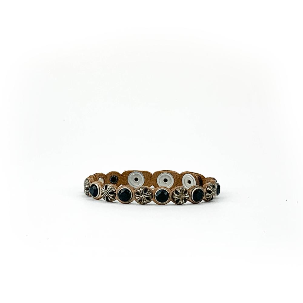 Bracciale in cuoio di toro lavorato a mano con accessori in metallo invecchiato e pietre nere.