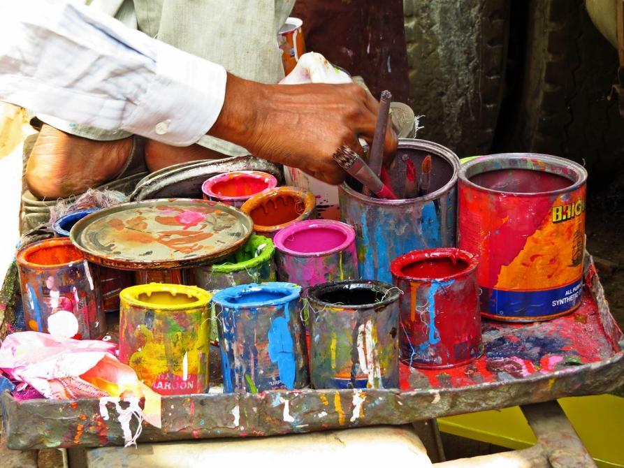 eine Hand mit Pinsel und Farbtöpfe, Phool Patti