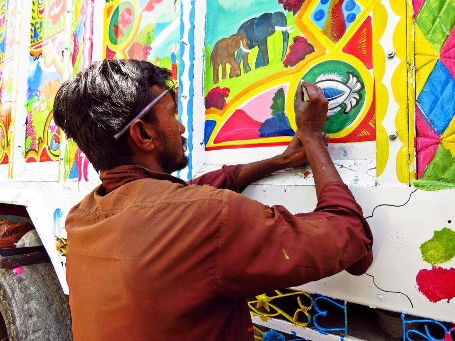 Zeichner dekoriert einen Lkw, Phool Patti