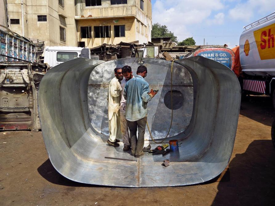 Metallarbeiter fertigen einen Tank