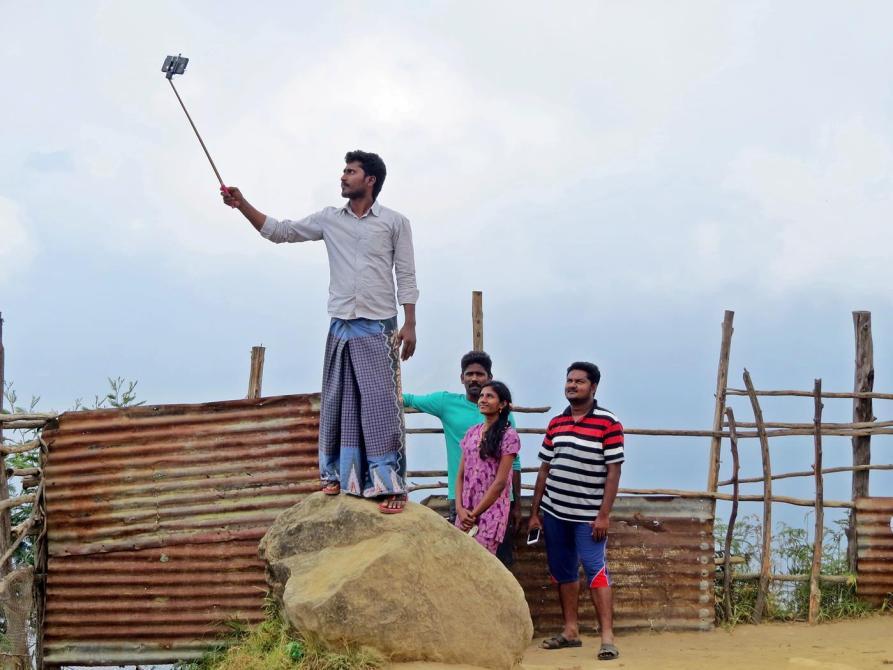 Gruppenselfie vor Wolkenwand, Indien