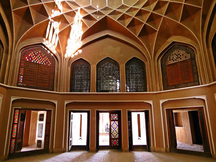 feine Fensterverzierungen im Inneren des herrschaftlichen Pavillons